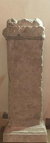 """En cuanto a Ligurius Primitivus, evidentemente no se sabe quien fue, aunque, debido a la rareza del nombre Ligurus en Hispania, es posible que fuera un """"liberto"""", liberado de las obligaciones hacia su antiguo señor. ¿Fue esa la razón razón de la dedicación del altar al dios Marte? No lo sabremos nunca, aunque puede que este altar fuera la expresión de la alegría ante la libertad."""